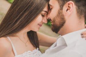 איך להתנשק בדייט ראשון