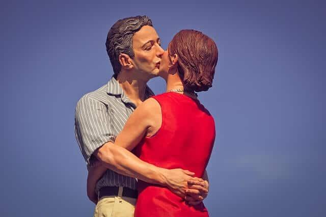 נשיקה בין בני זוג